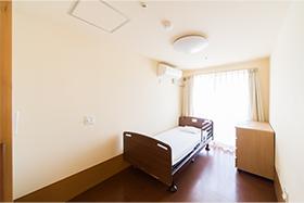 宿泊用に個室には、ベッドなどの設備も充実
